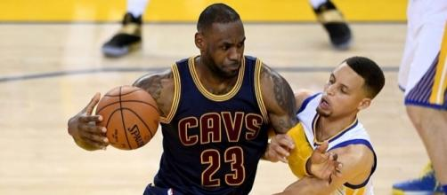 Are the Cavs and Warriors headed for another NBA Finals meeting? [Image via Blasting News image library/inquisitr.com]