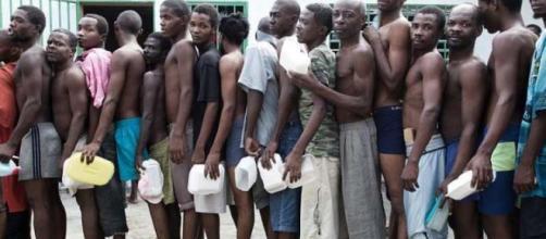 File de prisonniers attendant un peu de nourriture