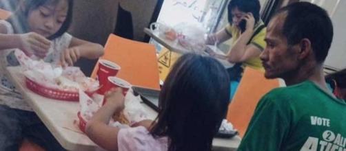 Ryan Arebuabo apenas observou as filhas comendo durante comemoração (Foto: Reprodução/Facebook)