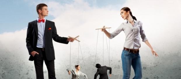 Na tentativa de se beneficiar os manipuladores fazem de tudo, inclusive se fingir de amigos