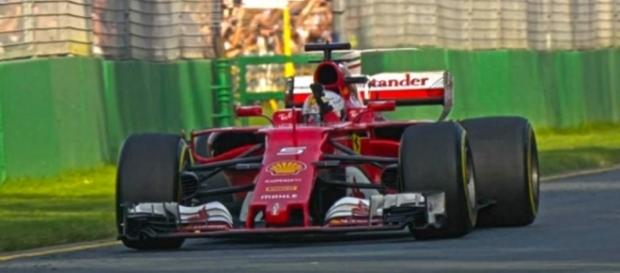Vettel superou Hamilton na estratégia