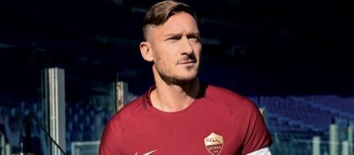 Francesco Totti con la maglia speciale per il derby.