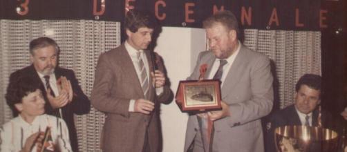 Gianni Nardi e i Milan Clubs: foto scattata mentre viene premiato Gianni Rivera negli anni '80