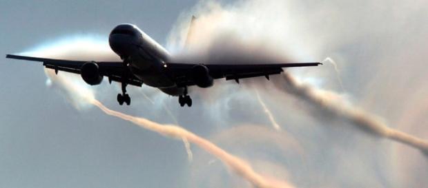 Chemtrail Geoengeneering Pilot vergisst die Sprühanlage