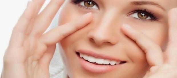 Elimine as suas olheiras usando apenas uma colher