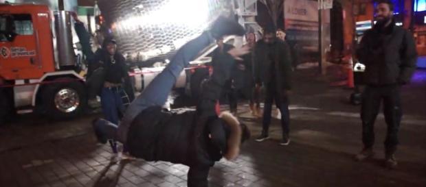 Famílias, amigos e vizinhos se divertem em pista de dança improvisada criada por caminhão betoneira