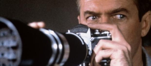 Jeff (James Stewart) observando a vida alheia
