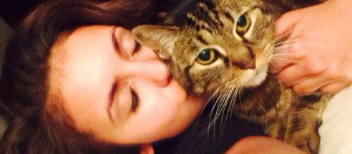 Nina Dobrev e sua gata de estimação
