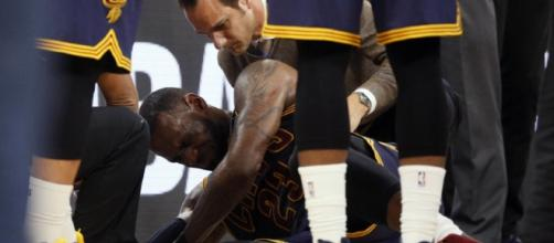 LeBron James leaves the game with injury. Is it panic time for the Cavs? - fansided.com
