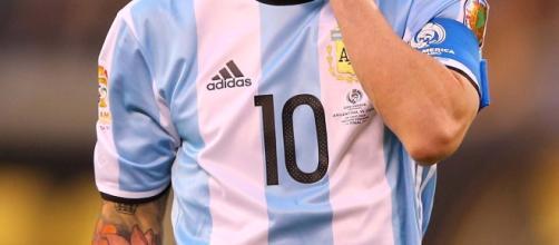 Lionel Messi se va suspendido cuatro partidos por insultar al arbitro asistente (Vía AFP)