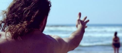 Ocean Blues es dirigida por Salomón Askenazi, quien se inspira en una historia de sus amigos Xavier e Isabel a través del teatro, la casa y la playa.
