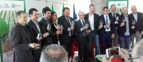 Padiglione Lombardia al Vinitaly 2017 - Ass.re Gianni Fava con i premiati quali Ambasciatori del Vino nel Mondo