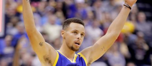 Steph Curry and the Golden State Warriors visit the Houston Rockets on Tuesday evening. [Image via Blasting News image library/inquisitr.com]