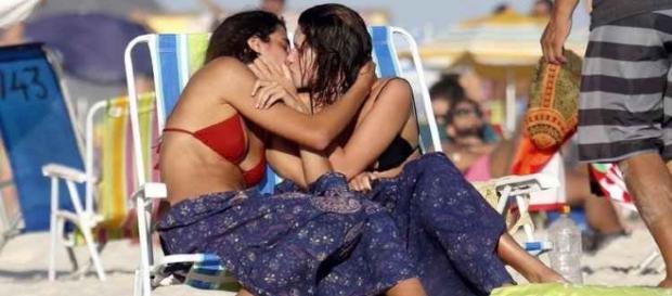 Bruna Lindzmeyer e sua namorada foram fotografadas se beijando na Praia de Resende