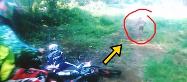 Motoqueiros se deparam com figura que parece ET - Google
