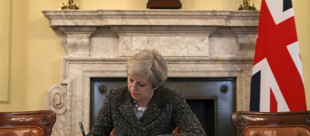 Theresa May ha firmato l'atto definitivo