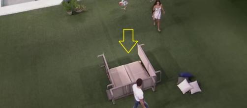 Emilly e Marcos montam uma cabana no gramado para fazerem sexo, mas resultado é desastroso