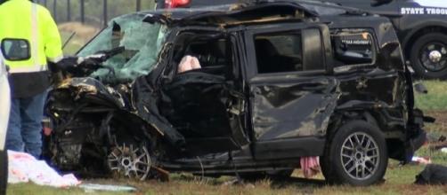 """Una delle auto, ridotta in poltiglia, dei """"storm chasers"""""""