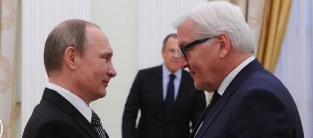 Bundespräsident Steinmeier (re.) setzt ein Zeichen. (Source URG Suisse kremlin.ru)