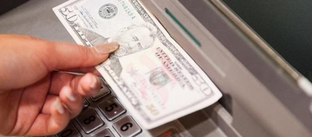 Debit card not need to withdraw cash from ATM - Photo: Blasting News Library - gadgethacks.com