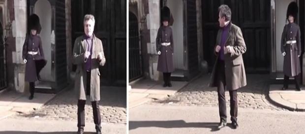 Na imagem é possível ver o homem realizando uma dançinha enquanto o guarda bate o pé e vocifera.
