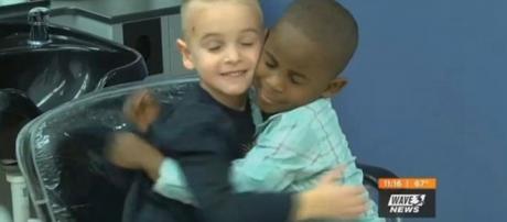 Jax e seu amigo do Reddy após o corte de cabelo de Jax. Reprodução: Wave-TV.