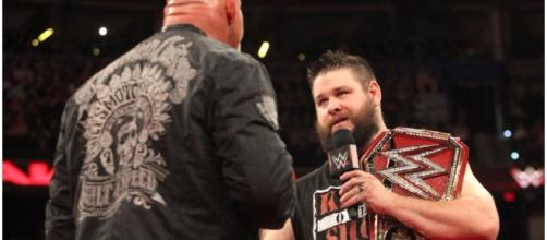 Goldberg and Kevin Owens face off for the Universal title at WWE 'Fastlane' 2017. [Image via Blasting News images library/inquisitr.com]
