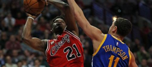 Jimmy Butler helped the Bulls defeat the Warriors in Chicago on Thursday night. [Image via Blasting News image library/inquisitr.com]