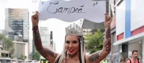 Sabrina Boing Boing desfila sem roupa para pagar promessa de carnaval