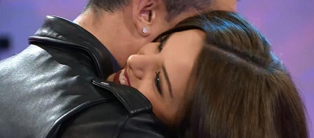 Alba en los brazos de Diego en MYHYV.