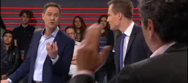 Dr. Daniele Ganser im Streitgespräch mit Moderator Jonas Projer und Medienmanager Roger Schawinski - Bildquelle: Youtube