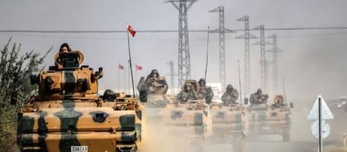 L'avanzata dei carri armati turchi verso Jarabulus, nell'agosto del 2016