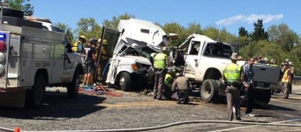 Coliziunea dintre un autobuz și o camionetă în statul Texas a provocat moartea a 13 persoane și rănirea altor două - Foto: uvaldeleadernews.com
