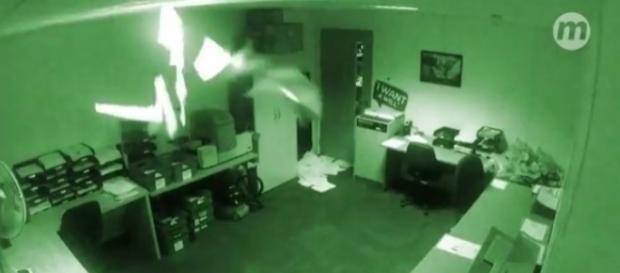 Imagens mostram escritório assombrado.