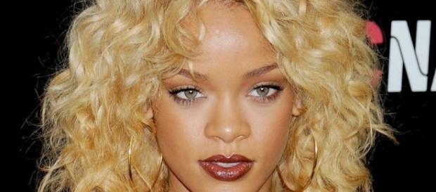 Look de Rihanna : Blonde platine en 2012, les cheveux décolorés ... - meltyfashion.fr