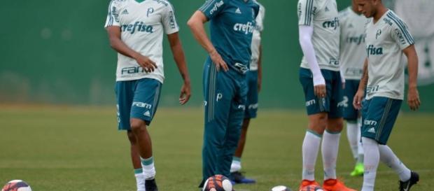 Palmeirense se machuca defendendo a seleção