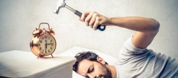 Quello che tutti vorrebbero fare quando suona la sveglia.
