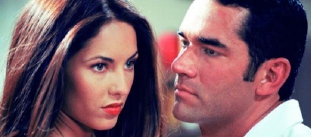 Mesmo casado, Alessandro beijará Rubi, apaixonado (Foto: Reprodução/Televisa)