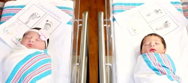Os bebês Romeo e Juliet, ainda na maternidade (Reprodução/Youtube/Inside Edition/Cassie Clayshulte Photography)