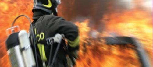 Fotografia di un vigile del fuoco in azione.