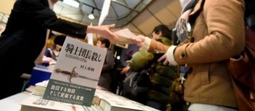 Las librerías de Japón abarrotadas para comprar la nueva novela de Murakami.