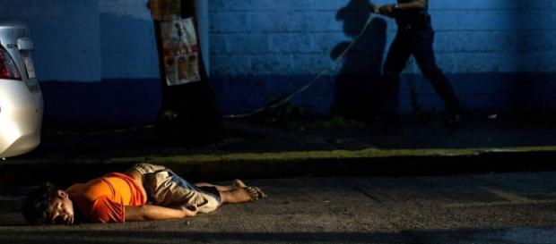 Corpos pelas ruas: mortes violentas fazem parte da rotina dos filipinos.