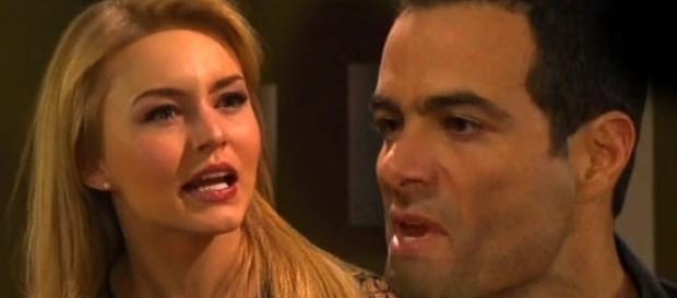 Montserrat ajuda José Luís a não ser descoberto por Robledo (Foto: Reprodução/Televisa)