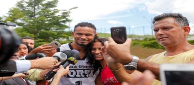 Selfie com o ex-goleiro Bruno (Fonte: http://www.sensacionalista.com.br/2017/03/03/15-selfies-que-mostram-que-a-humanidade-precisa-de-recall/)