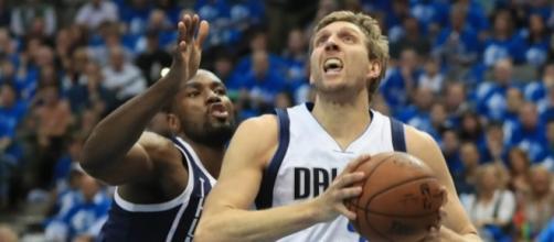 Dirk Nowitzki and the Mavs will host the Oklahoma City Thunder on Sunday night. [Image via Blasting News image library/inquisitr.com]