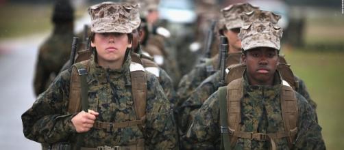 Donne Marines oggetto di violenze e commenti osceni: le foto postate su Facebook.