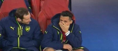 Sanchez ride in panchina mentre l'Arsenal è sotto 5 a 1 contro il Bayern Monaco (fonte: fcinter1908.it)