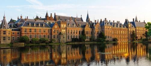 Suggestiva veduta del Binnenhof, sede del parlamento olandese a L'Aja