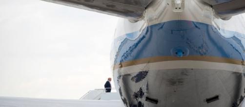 Trump salle sull'Air Force One di ritorno dalla residenza di Mar-a-Lago dopo un fine settimana 'infuocato'. Foto: Ny Times Twitter.