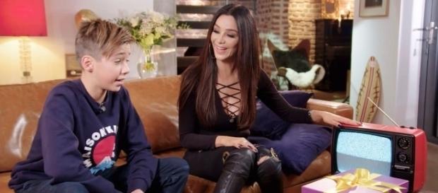 """Mama Verona zeigt Diego einen """"Kofferfernseher"""" / Foto: RTL"""